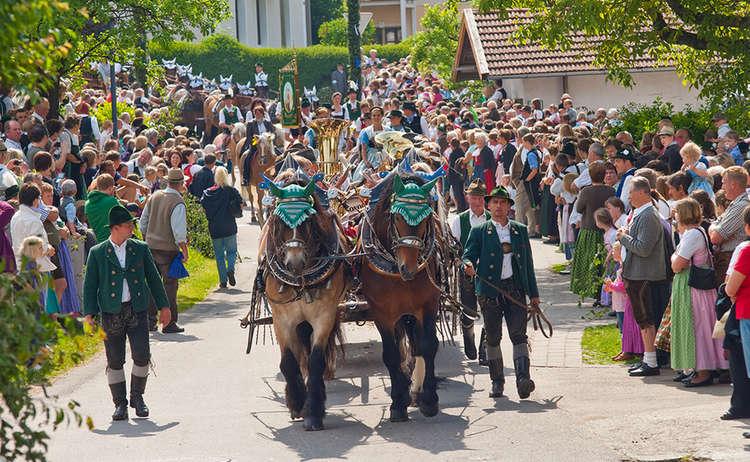 Brauchtum Pferdeumritt Holzhausen Teisendorf Leonhardiritt Pferd Gespann