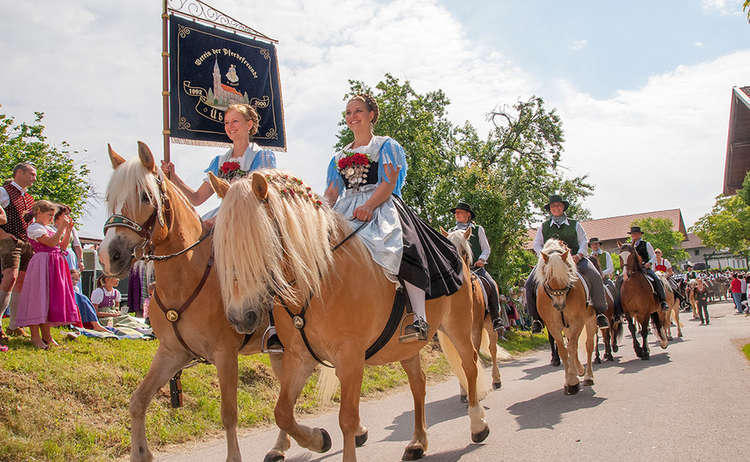 Brauchtum Pferdeumritt Holzhausen Teisendorf Leonhardiritt Pferd Tracht Dirndl