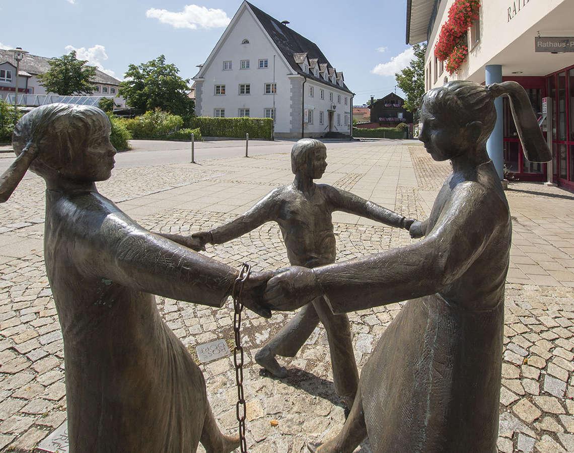 Teisendorf Rathaus Kinder Skulptur Bronze